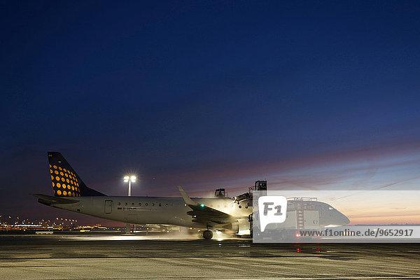 'Flugzeug beim Enteisen bei Schneefall  Lufthansa Regional  Cityline  Embraer ERJ190  Flughafen München ''Franz Josef Strauss''  München  Oberbayern  Bayern  Deutschland  Europa'