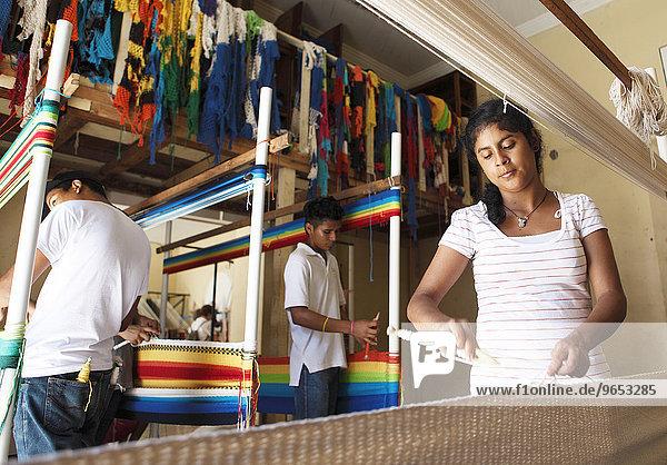 Frau und Männer weben Hängematten per Hand  Granada  Provinz Granada  Nicaragua  Nordamerika