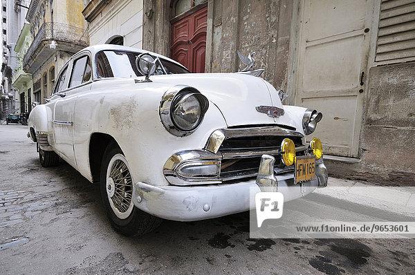 Weißer Oldtimer  Altstadt  Havanna  Ciudad de La Habana  Kuba  Nordamerika
