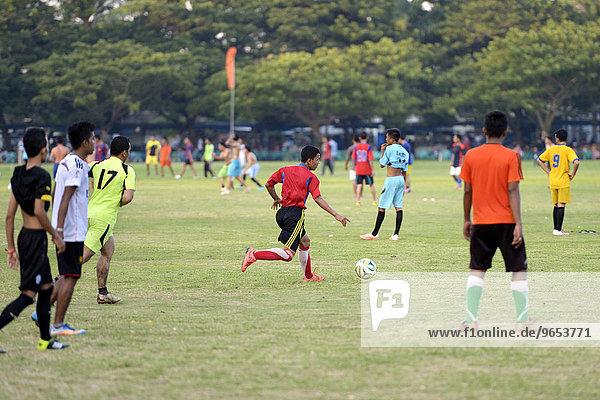 Jugendliche spielen in einem öffentlichen Park Fußball  Banda Aceh  Indonesien  Asien