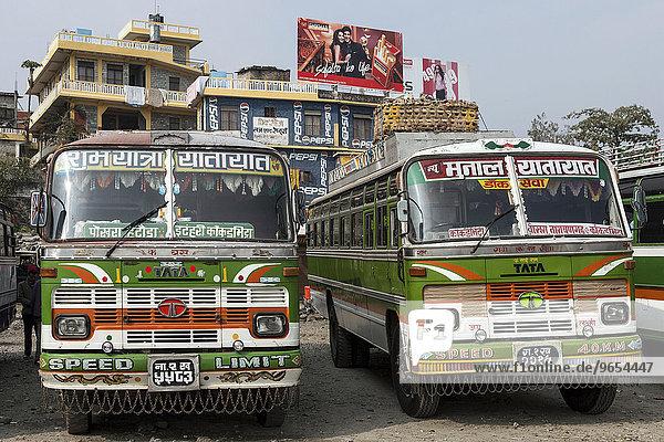 Nepalesische Busse  Busbahnhof  Häuser mit Werbung  Pokhara  Nepal  Asien