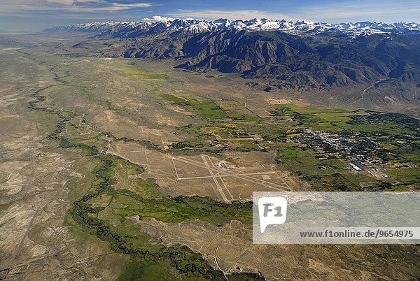 Owens Valley  Tal der Owens River  am Horizont die Sierra Nevada  bei Bishop  Kalifornien  Vereinigte Staaten von Amerika