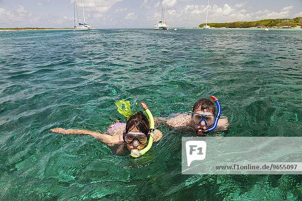 Paar  Frau und Mann  beim Schnorcheln in smaragdgrünem Wasser  Petite Terre  Guadeloupe  Nordamerika