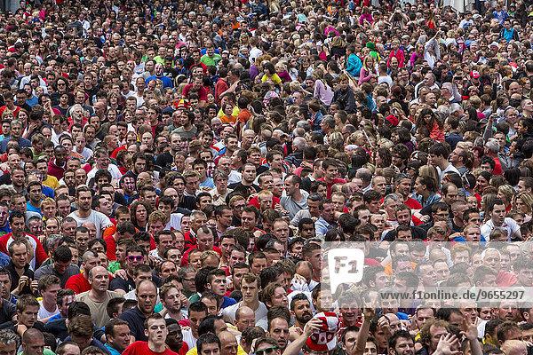 Dichtgedrängte Menschenmenge bei einem Volksfest  Mons  Wallonien  Belgien  Europa