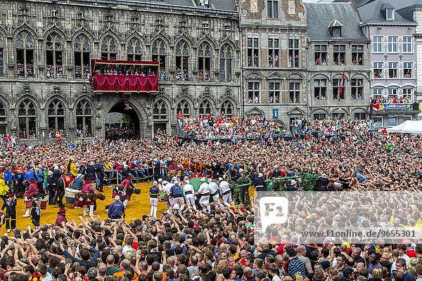 Stadtfest Doudou  seit dem 13. Jahrhundert  Höhepunkt ist der Lumecon  der Kampf von St. Georg gegen den Drachen  vor Zehntausenden von Menschen  Grand Place  Europäische Kulturhauptstadt 2015  Mons  Wallonien  Belgien  Europa