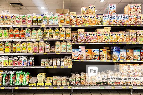 Regal mit verschiedenen Cerealien  Müsli  Haferflocken  Supermarkt  Deutschland  Europa