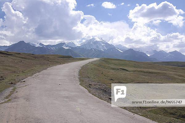 Landstraße führt in die Berge bei Sary Tash  Kirgisistan  Zentralasien