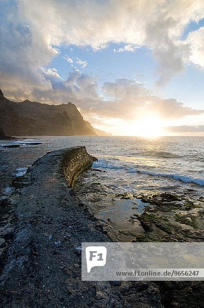 Steinmauer an der Küste von San Antao  Sonnenuntergang  Kapverden  Afrika