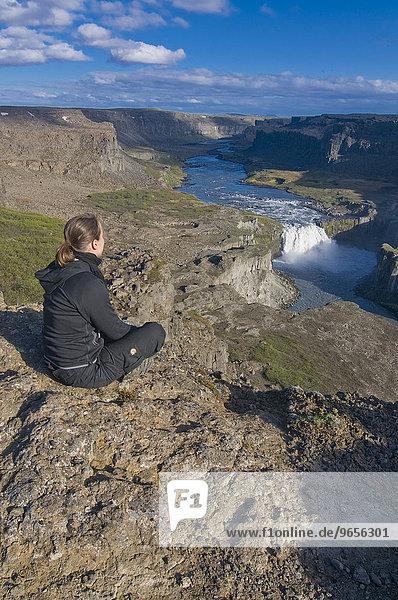 Touristin genießt Aussicht auf Schluchten im Jökulsárgljúfur-Nationalpark  Island  Europa