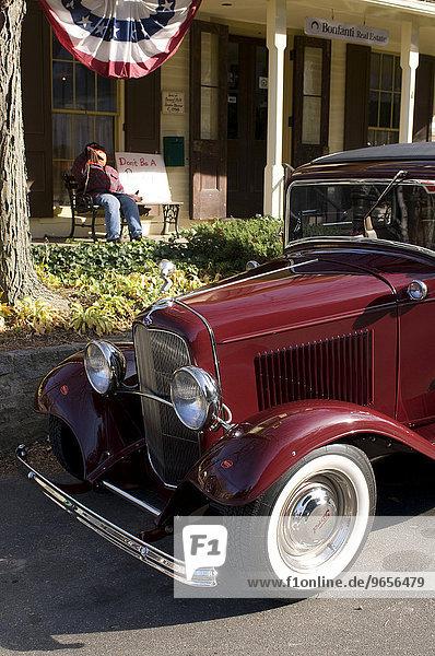 Oldtimer  vor einem typisch amerikanischen Haus geparkt  Connecticut  USA  Nordamerika