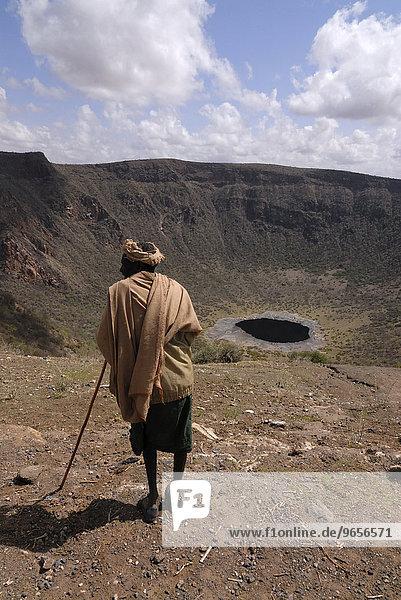 Alter Mann am Chew Bet Krater mit Salzsee  Äthiopien  Afrika