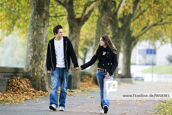 16jähriges Teenager Pärchen spaziert Hand in Hand