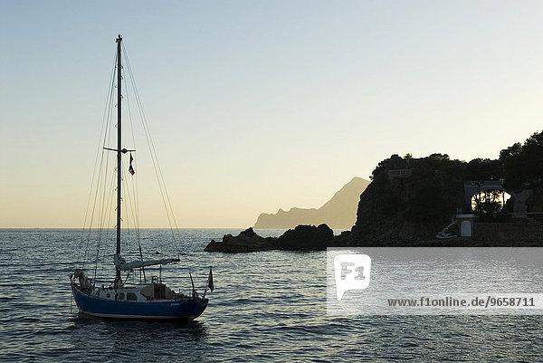Segelboot in einer Bucht an der spanischen Mittelmeerküste nahe Altea  Costa Blanca  Spanien  Europa