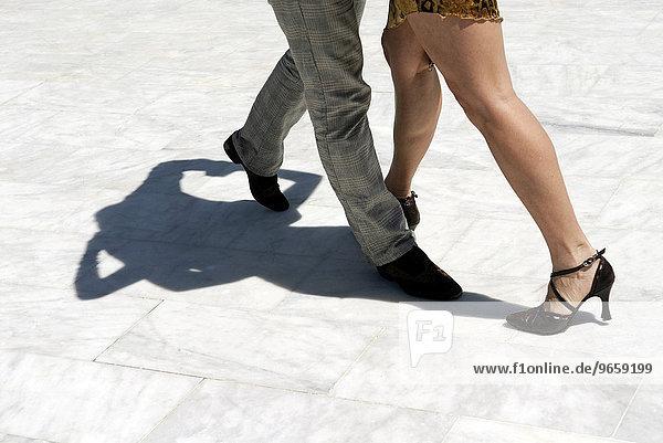 Beine eines Paares das Tango tanzt