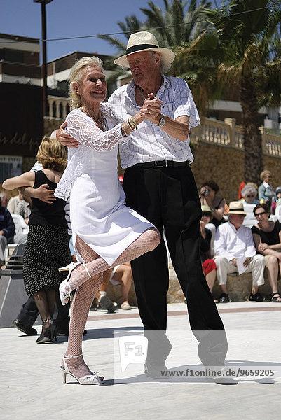 Paar fortgeschrittenen Alters tanzt Tango