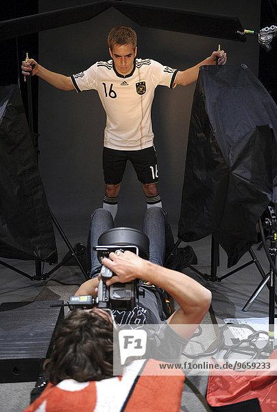 Philipp LAHM beim Foto-Shooting  Deutsche Fußball Nationalmannschaft bei Werbeaufnahmen und Werbedreh für den DFB- Generalsponsor Mercedes-Benz im Hinblick auf die WM 2010 in Südafrika in der Mercedes-Benz Arena  Stuttgart  Baden-Württemberg  Deutschland  Europa