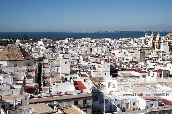 Blick vom Torre Tavira auf die Dächer der Altstadt von Cadiz  Andalusien  Spanien  Europa