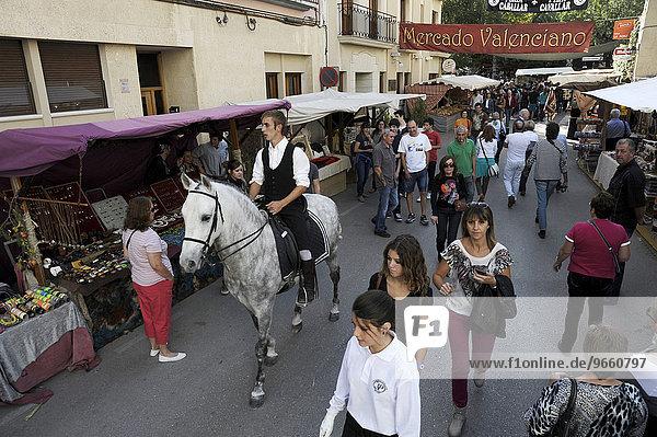 Reiter auf einem Andalusier auf dem jährlich stattfindenden Allerheiligenmarkt  Fira de tots Sants  Cocentaina  Provinz Alicante  Spanien  Europa