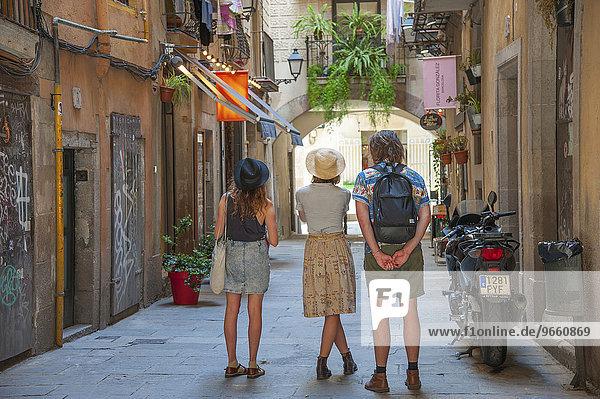Touristen bestaunen eine Gasse im gotischen Viertel von Barcelona  Katalonien  Spanien  Europa