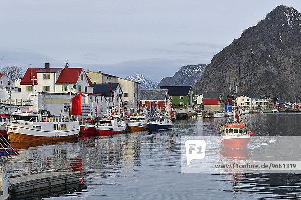 Schiffe im Hafenbecken des Fischerdorfes vor Bergen der Insel Austvågøy  Henningsvær  Lofoten  Nordland  Norwegen  Europa