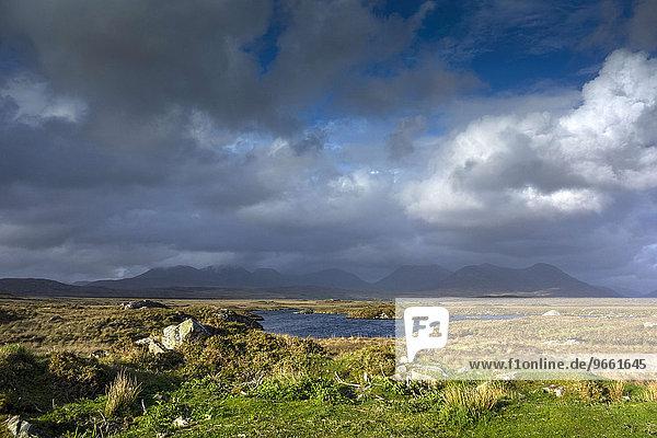 Twelve Bens Gebirgszug  Connemara  County Galway  Irland  Europa