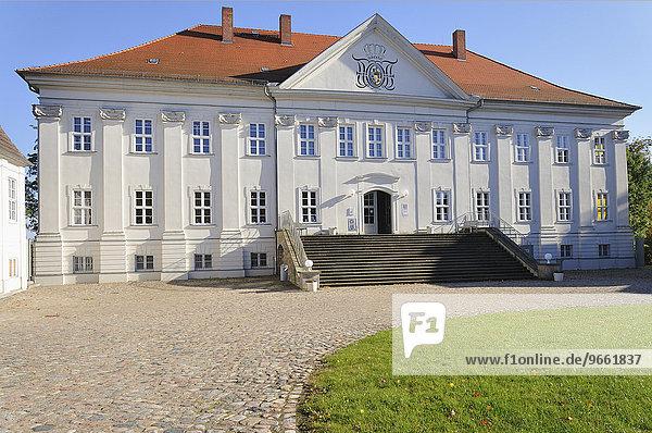 Schloss Hohenzieritz  Sitz des Nationalparkamtes Müritz  Hohenzieritz  Mecklenburg-Vorpommern  Deutschland  Europa