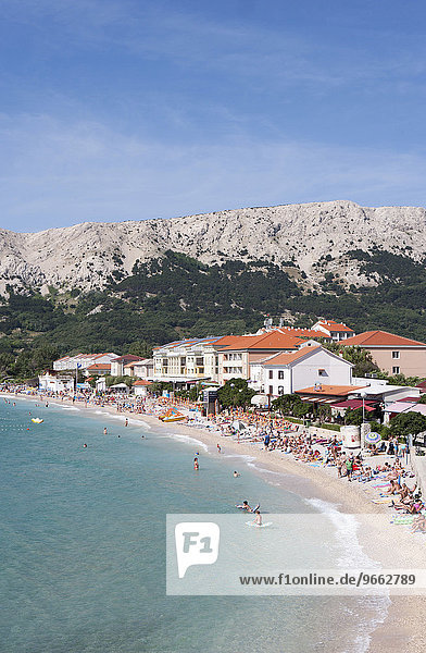Promenade und Badestrand von Baska  Krk  Kvarner-Bucht  Adria  Kroatien  Europa