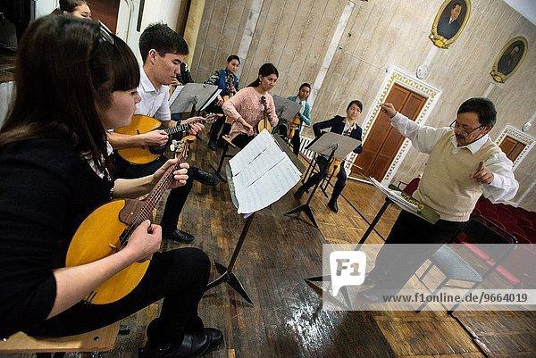 Bischkek Hauptstadt Überprüfung Spiel Musik Gegenstand Hochschule echt Leiterbahn Kirgistan Orchester