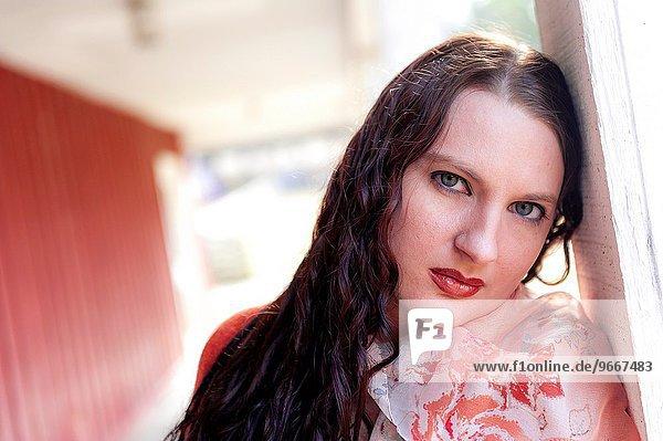 Außenaufnahme Portrait Frau sehen braunhaarig Blick in die Kamera gerade alt freie Natur Jahr