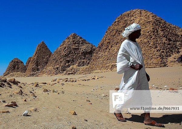 pyramidenförmig Pyramide Pyramiden Mann frontal Monarchie Sudan