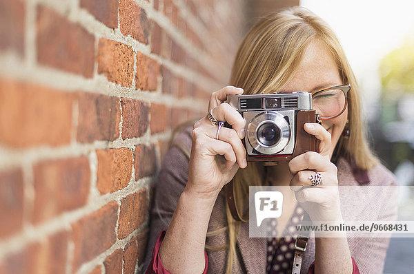 Frau Retro fotografieren Fotoapparat Kamera