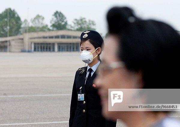 Frau Flughafen Grippe Schutz Kleidung Maske Schwein Nordkorea
