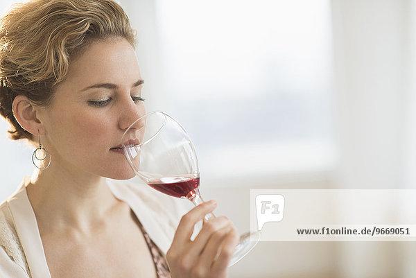 junge Frau junge Frauen Rotwein trinken