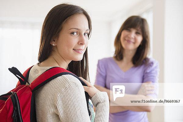 Portrait Jugendlicher Student Mutter im Hintergrund