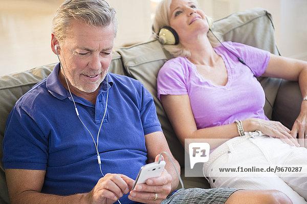 sitzend Portrait zuhören Couch Kopfhörer Musik Klassisches Konzert Klassik