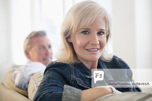 sitzend Portrait Frau Couch Jacke Jeansstoff Kleidung