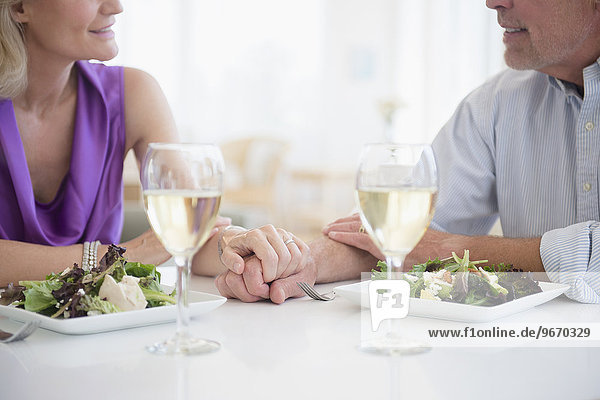 Anschnitt halten Restaurant Weißwein Fokus auf den Vordergrund Fokus auf dem Vordergrund Ansicht