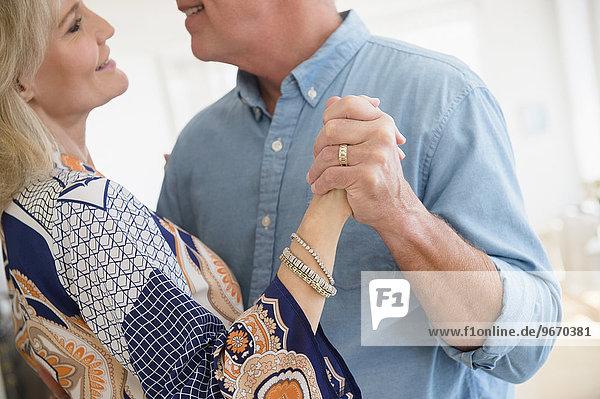 Anschnitt Ehefrau tanzen schießen Ehemann