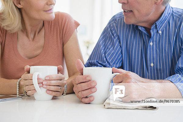 Anschnitt sprechen Ehefrau trinken Kaffee schießen Ehemann