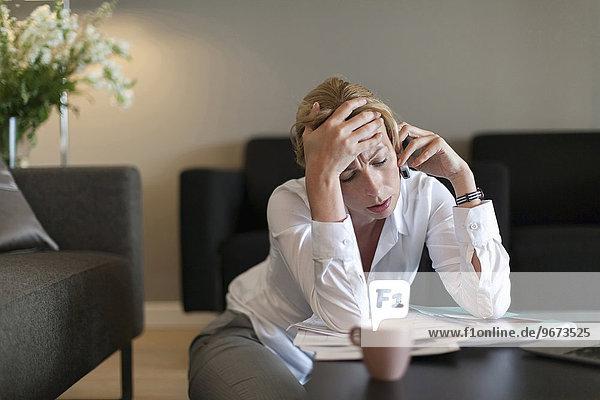Handy benutzen Portrait Frau Depression Kurznachricht