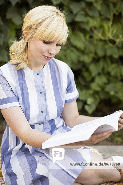 Frau Buch Garten Taschenbuch vorlesen