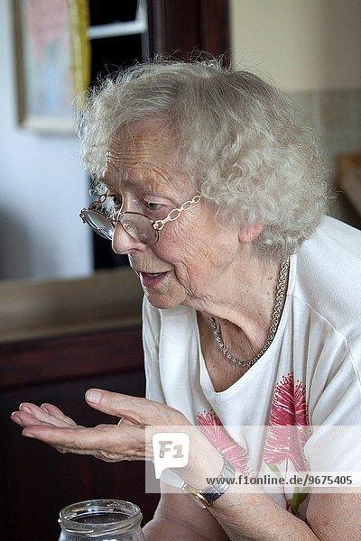 gestikulieren Großmutter sprechen Lebensphase Mittelpunkt polieren groß großes großer große großen polnisch