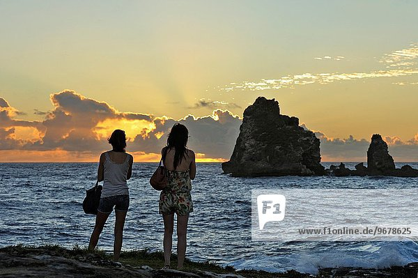 Frankreich Frau sehen Sonnenaufgang Karibik 2 jung Palast Schloß Schlösser Geographie Guadeloupe Kleine Antillen Ausland
