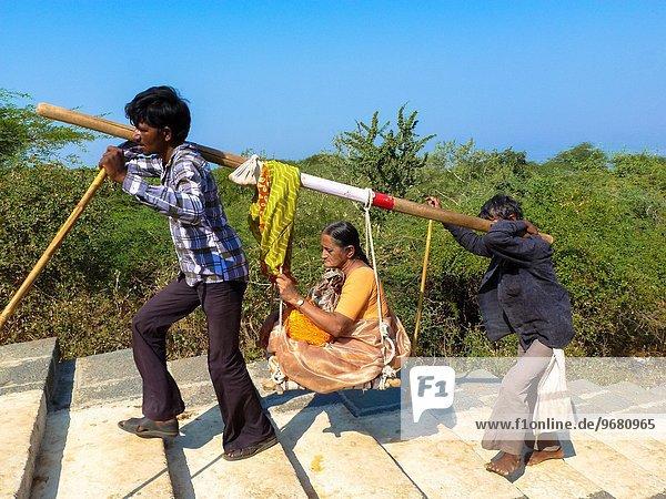 Stufe Frau Mann tragen hoch oben 2 Indien