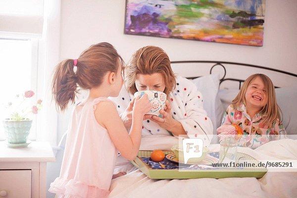 sitzend geben Bett Mutter - Mensch 6 7 sieben Frühstück
