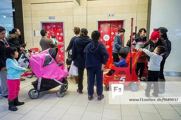 Einkaufszentrum Freitag warten schwarz Nostalgie Weihnachten Kunde Aufzugsanlage Super bevölkert Minute neu Umsatz Samstag