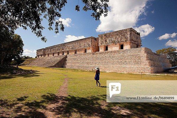 gehen Tourist Palast Schloß Schlösser Mexiko Mittelamerika Archäologie Maya Uxmal