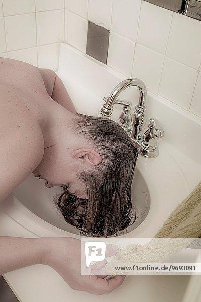 junge Frau junge Frauen waschen Haar
