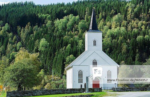 Baum Tür Wald weiß Kirche Norwegen rot sprechen