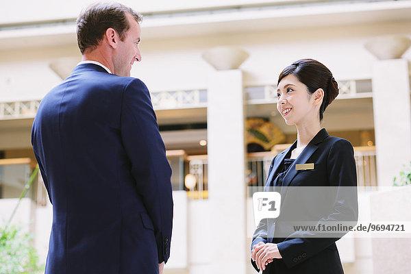 Hotel Kunde Concierge Karten austeilen japanisch